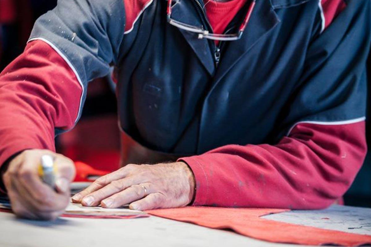 Découpe du cuir pour les combinaison moto de vidal sport